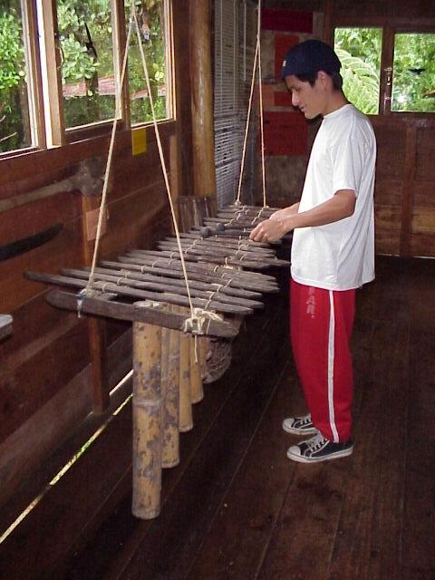 Awa-Indianer spielt Marimbo